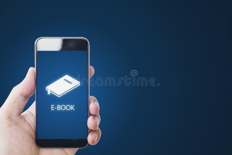 EBook op mobiele slimme telefoon, hand die eBook op mobiel apparaat gebruiken Online onderwijs, e-leert en eBook concept royalty-vrije stock foto