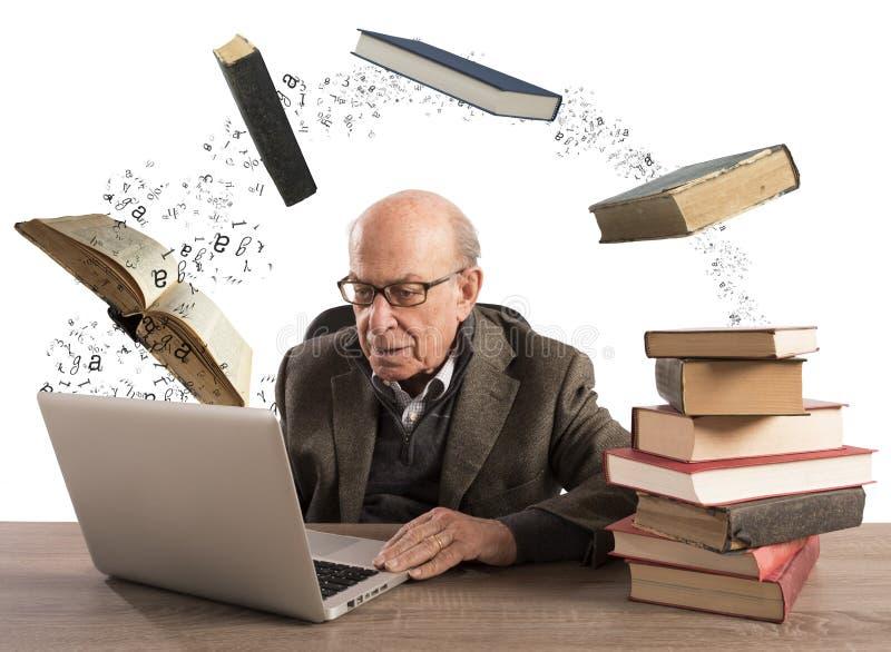Ebook para o homem envelhecido imagens de stock royalty free