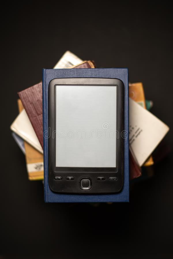 EBook sur une pile de livres de papier ordinaires image libre de droits