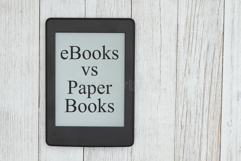 Ebooks gegen Papiersammelanschriftnachricht auf einem Eleserschirm stockfotos