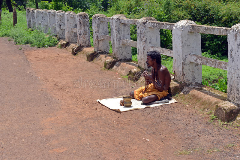Żebrak na chodniczku przy Amarkantak obrazy royalty free