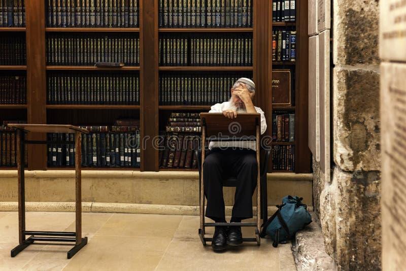 Ebreo religioso Torah leggente nella sinagoga n Gerusalemme, Israele della caverna fotografia stock libera da diritti