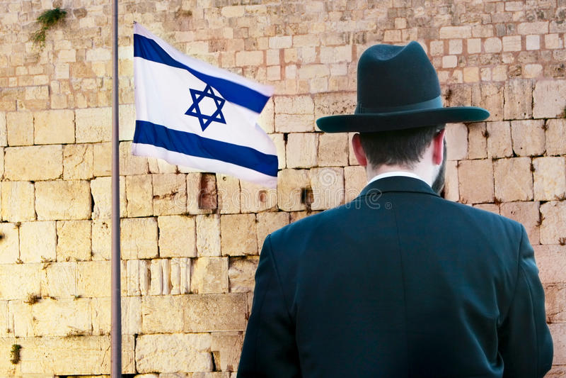 Ebreo sui precedenti occidentali lamentantesi della parete fotografie stock