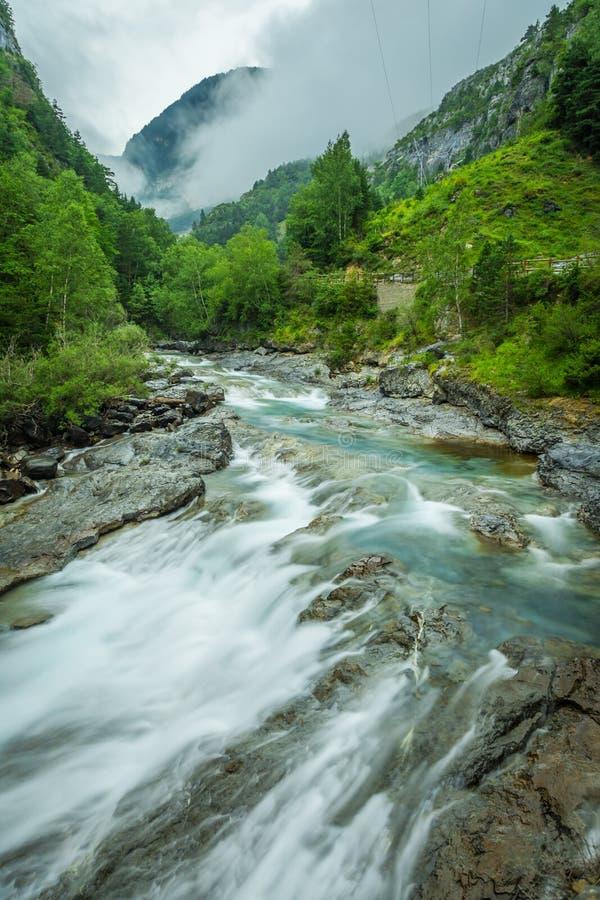 Ebro River através de um vale em Cantábria, Espanha fotos de stock royalty free