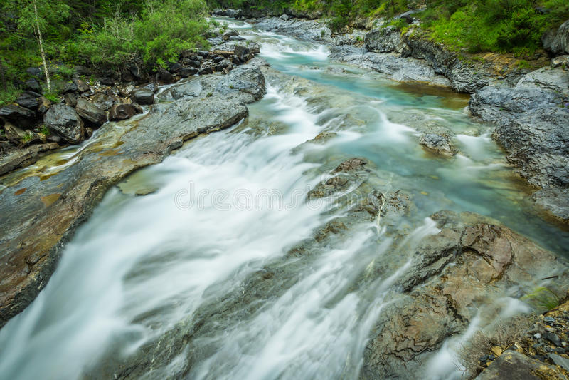 Ebro River através de um vale em Cantábria, Espanha fotografia de stock