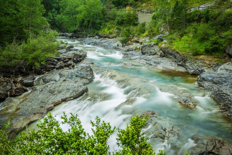 Ebro River através de um vale em Cantábria, Espanha foto de stock royalty free