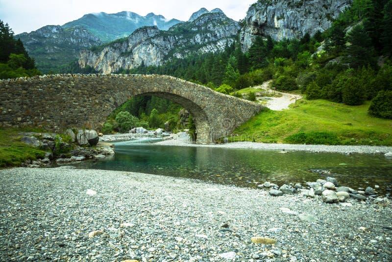 Ebro River através de um vale em Cantábria, Espanha imagem de stock