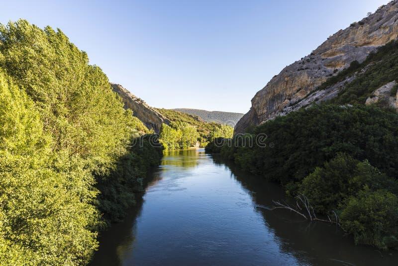 Ebro River através de um vale na Espanha fotos de stock