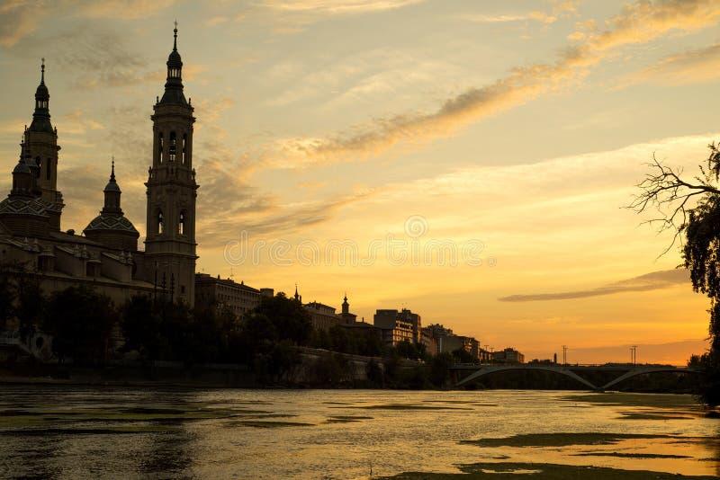 Ebro River och domkyrka i Zaragoza, Spanien arkivfoto