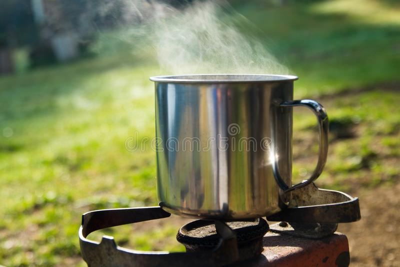 Ebulição cozinhando a água na montanha para o chá e o café imagem de stock