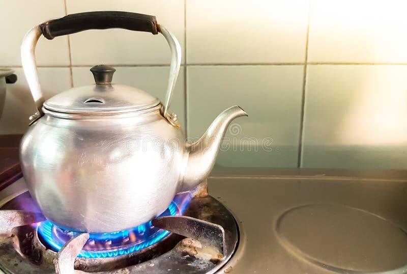 Ebullici n de aluminio de la tetera en la estufa de gas for Llama en la cocina