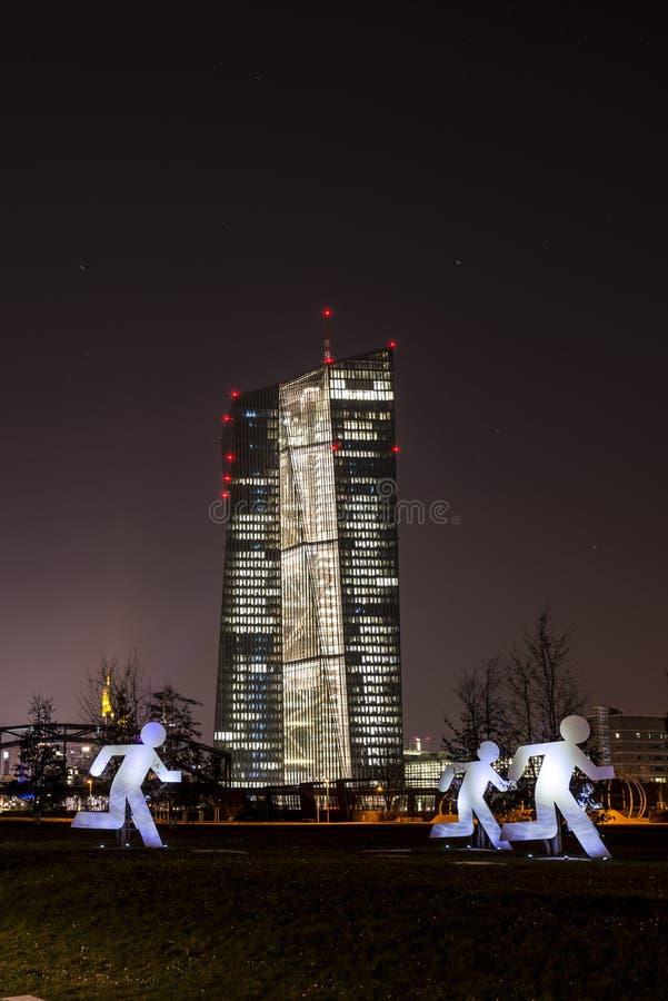 Ecben EZB i Frankfurt - f.m. - strömförsörjning på natten med vertikala flyktingar royaltyfri bild