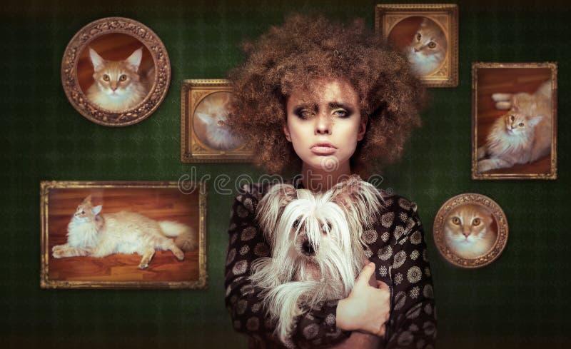 Eccentrico Shaggy Woman con l'animale domestico - piccolo cucciolo fotografia stock libera da diritti