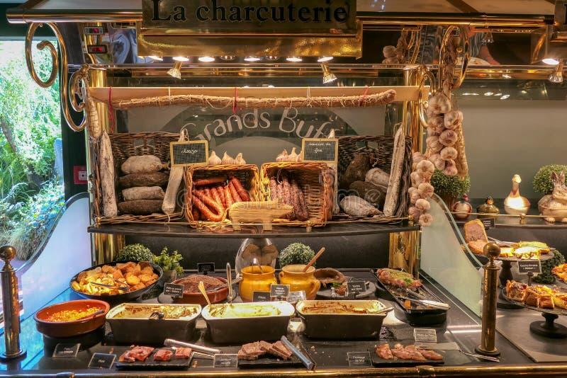 Ecco una breve panoramica della gastronomia francese con questa presentazione dei casi di esposizione alimentare fotografie stock
