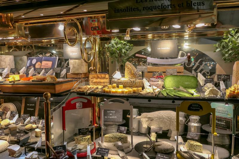 Ecco una breve panoramica della gastronomia francese con questa presentazione dei casi di esposizione alimentare fotografie stock libere da diritti