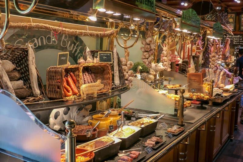 Ecco una breve panoramica della gastronomia francese con questa presentazione dei casi di esposizione alimentare immagini stock