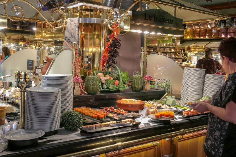 Ecco una breve panoramica della gastronomia francese con questa presentazione dei casi di esposizione alimentare immagine stock