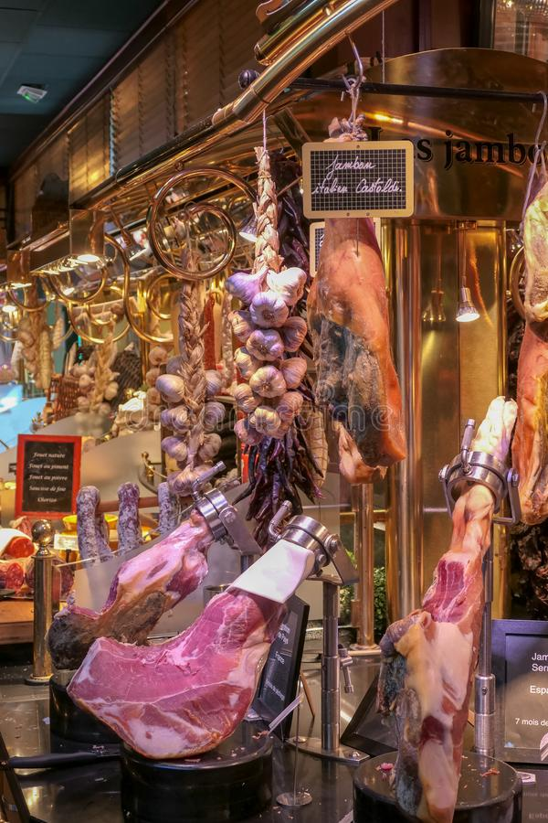 Ecco una breve panoramica della gastronomia francese con questa presentazione dei casi di esposizione alimentare fotografia stock