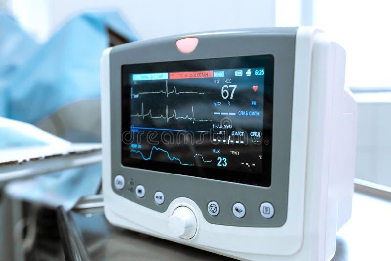 ECG监视,血压,患者的饱和在手术期间的 心脏病显示器 库存图片