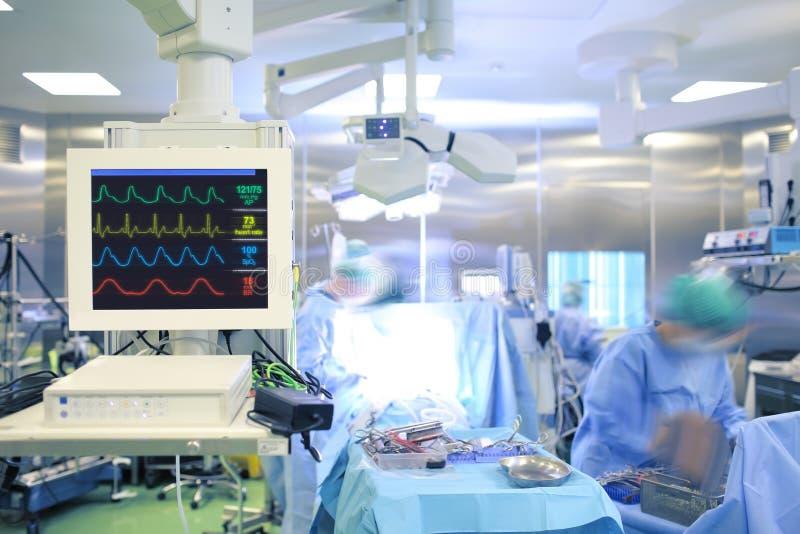 Ecg controleapparaat in moderne chirurgieruimte stock afbeeldingen