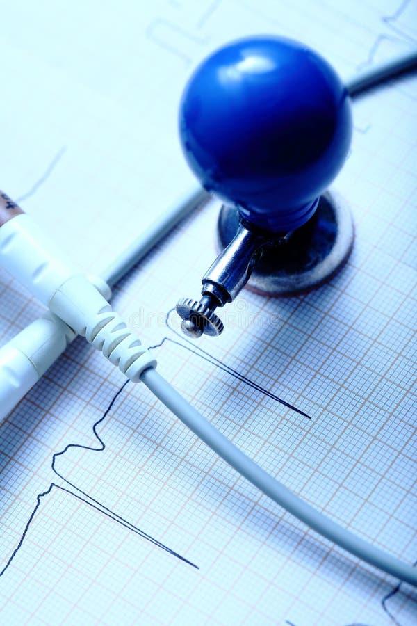 ECG-diagram, elektrod och kabeln på skrivbordet royaltyfri foto