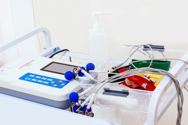 ECG EKG测试分析心动电描记器心动描记机器心率心电图回廊 库存图片