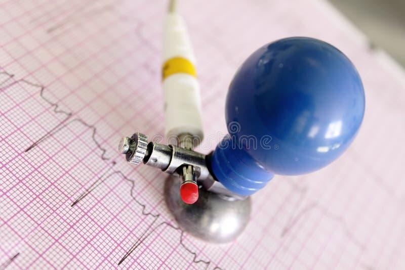 ECG-elektrod på fragment av electrocardiogramen royaltyfria bilder