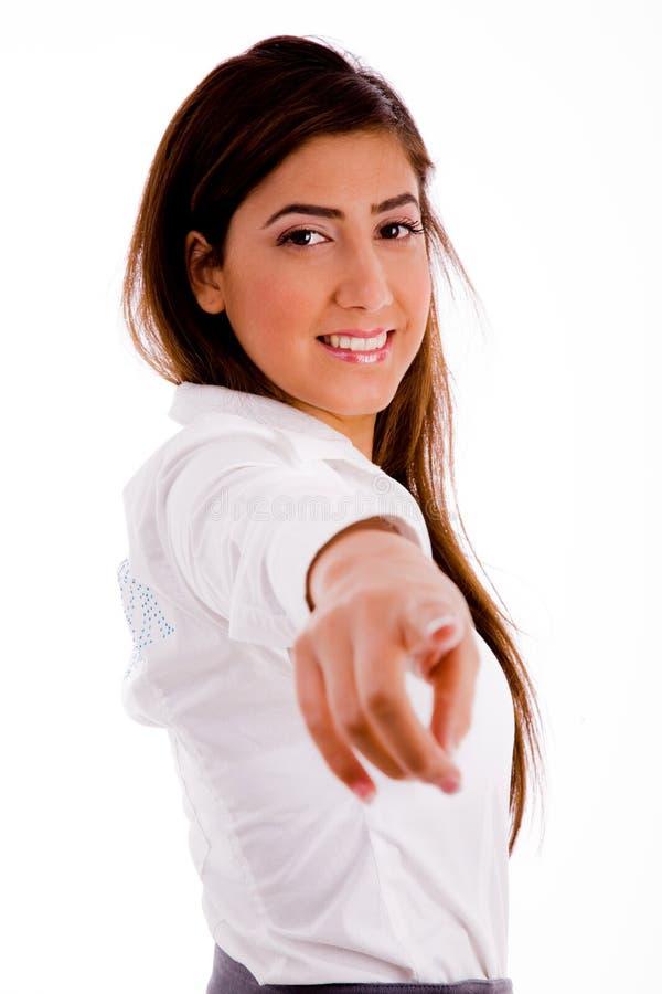 Echa a un lado la actitud de señalar sonriente del businesswoamn fotos de archivo libres de regalías