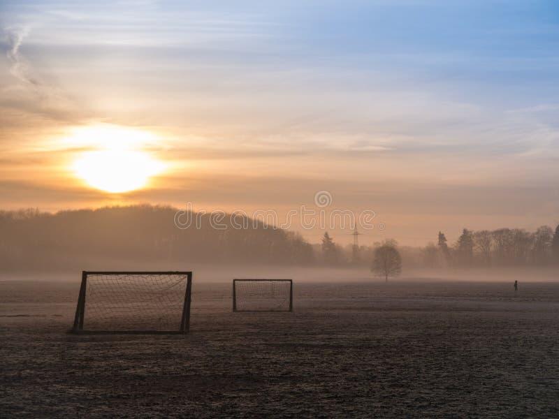 Echada de niebla hermosa del fútbol fotos de archivo libres de regalías