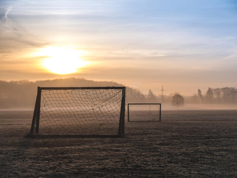 Echada de niebla hermosa del fútbol fotos de archivo