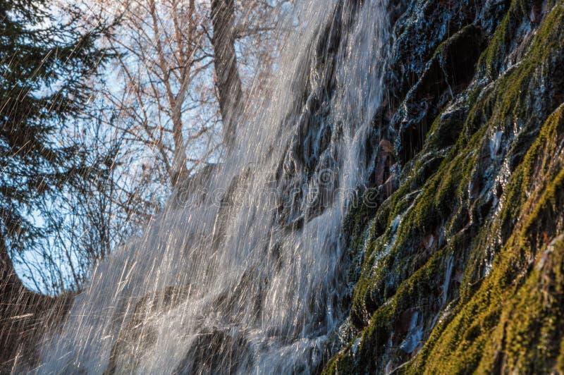 Echan en chorro las rocas de la cascada