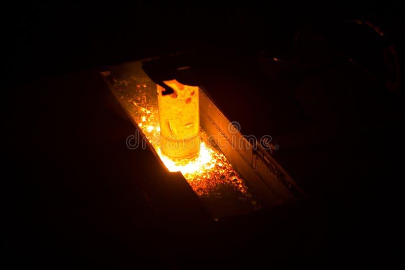 Echando en un molde para la producción de metal, línea forja caliente del automatice fotografía de archivo