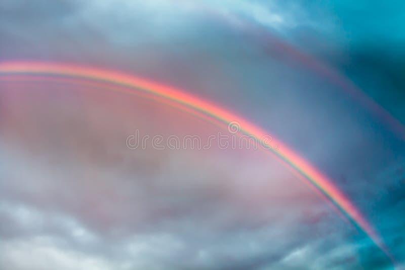 Echi dell'arcobaleno nei cieli tempestosi Appea spesso della tenda degli arcobaleni fotografia stock