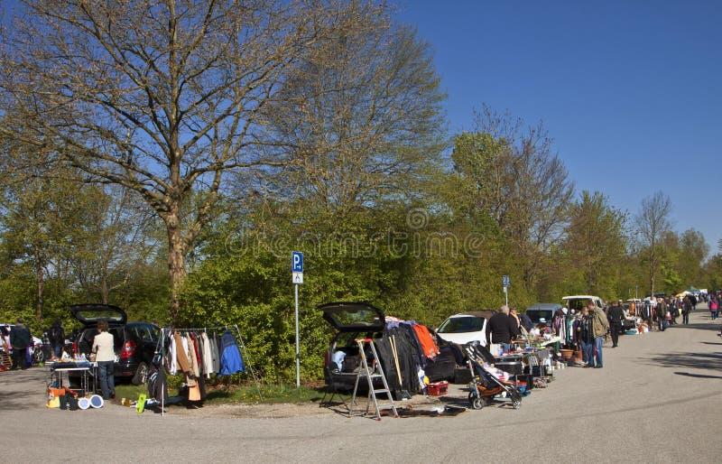 Eching, Deutschland - Besucher an der FrühlingsFlohmarkt lizenzfreie stockfotos