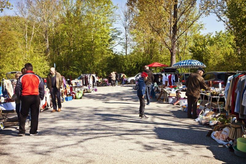 Eching, Duitsland - bezoekers bij de lentevlooienmarkt stock foto