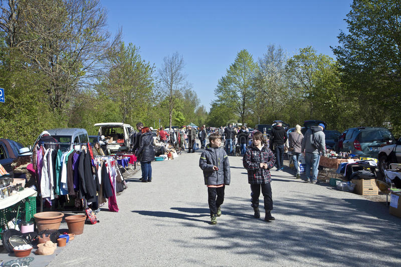Eching, Duitsland - bezoekers bij de lentevlooienmarkt royalty-vrije stock afbeelding