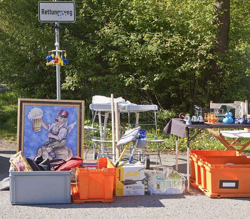 Eching, Duitsland - koopwaar op vertoning bij de lentevlooienmarkt royalty-vrije stock afbeelding