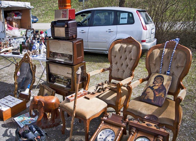Eching, Duitsland - koopwaar op vertoning bij openluchtvlo marke royalty-vrije stock foto