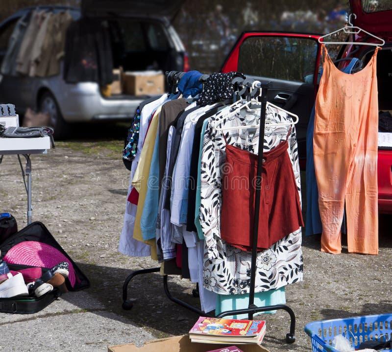 Eching, Duitsland - openluchtvlooienmarkt, tweede handkleren royalty-vrije stock fotografie