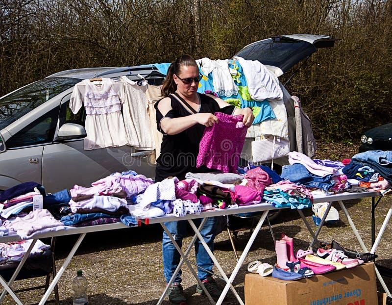 Eching, Duitsland - verkoper met haar markttribune bij openluchtvlo stock afbeelding