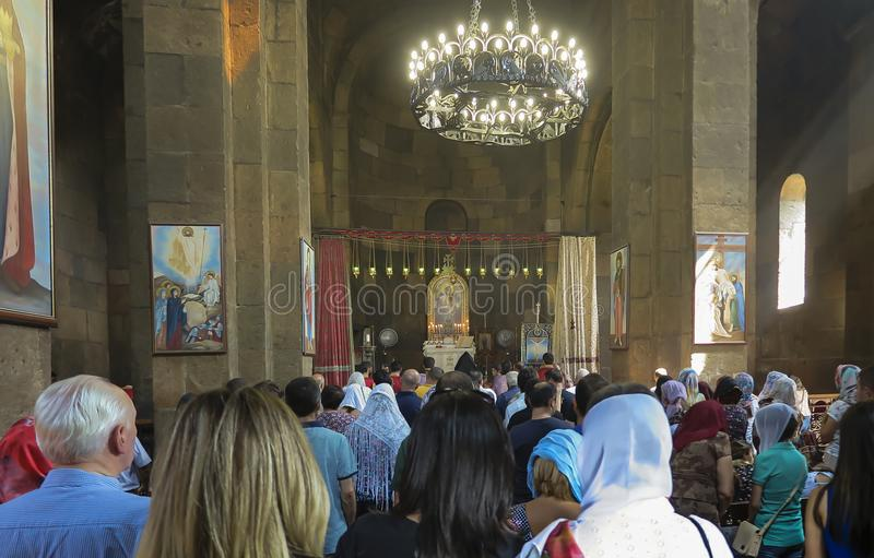 Echmiadzin, Armenië, 17 September, 2017: Gebed in de kerk van stock foto's