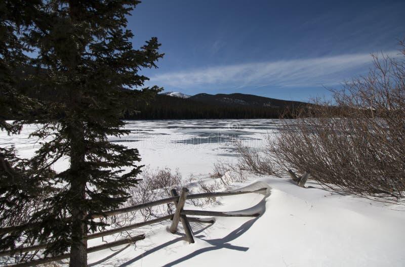 Echo Lake in de wintertijd Bevroren meer en sneeuw stock foto's