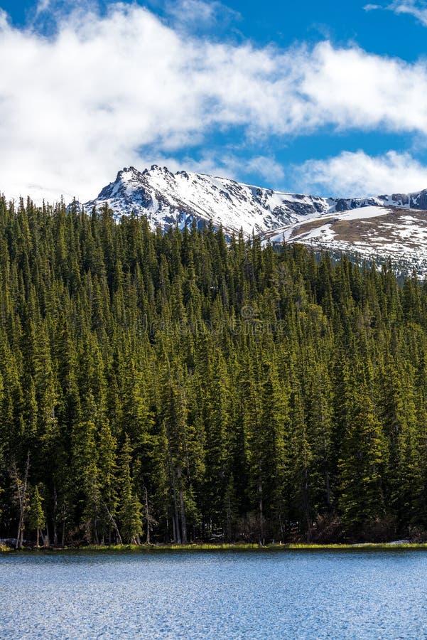 Echo Lake Mount Evans Colorado - Schnee-Kappen-Berg stockfoto