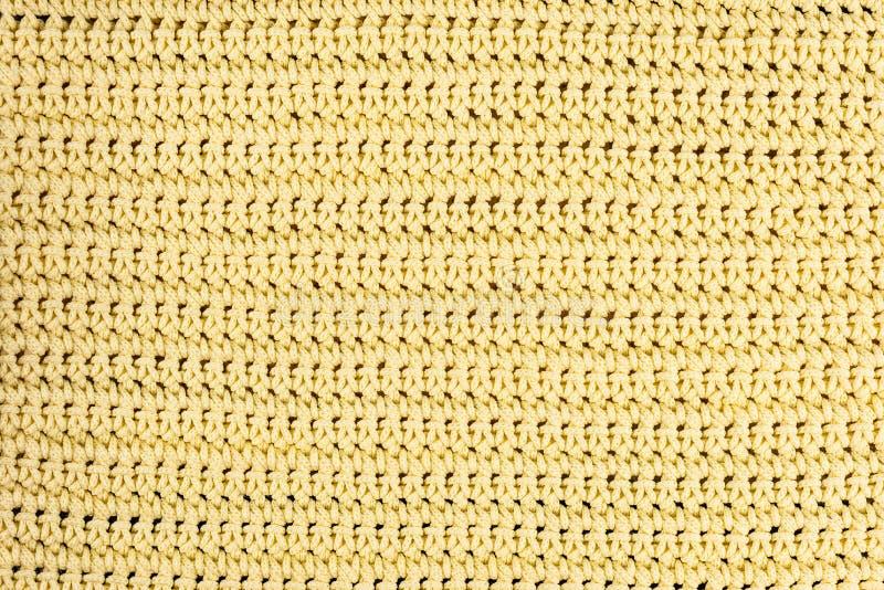 Echt, geel gebreid die stoffenfragment van de geweven achtergrond van wolvezels, met gevoelig patroon wordt gemaakt stock afbeeldingen