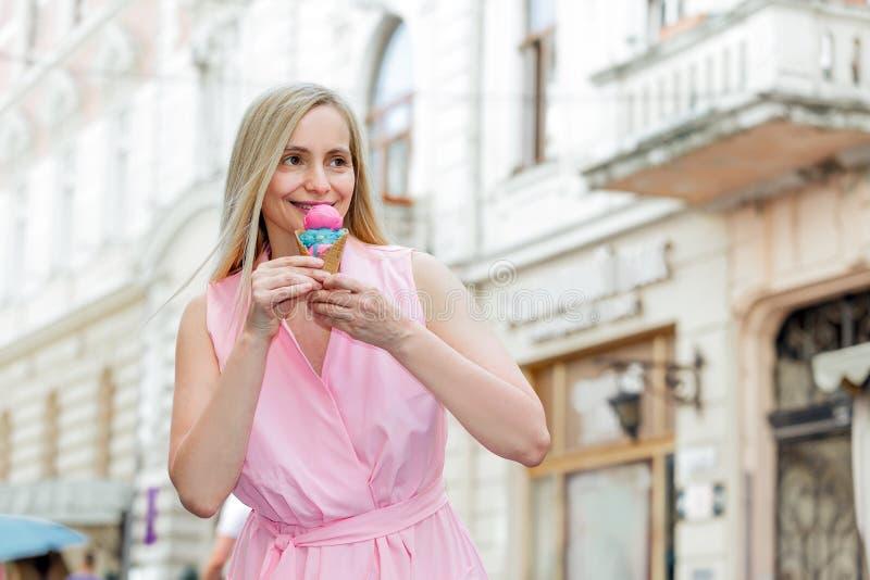 Echt gelukkig van de de aardzomer van de het blonde middenleeftijd van de portretvrouw lang het haarzonlicht vijftig plus roze ro royalty-vrije stock afbeeldingen