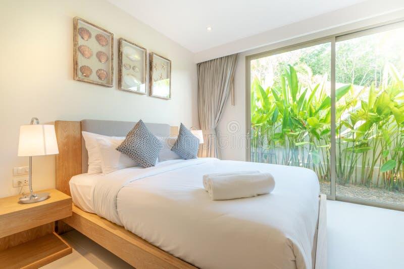 Echt Luxe Binnenlands ontwerp in slaapkamer van poolvilla met comfortabel koningsbed met hoog opgeheven plafondhuis, huis, de bou royalty-vrije stock afbeelding