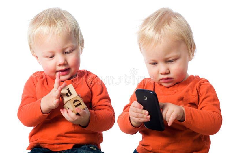 Echt speelgoed versus slimme telefoon stock foto's