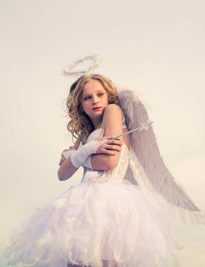 Echte fee van magische verhalen De mooie meisjescupido is klaar om uw liefde te vinden Meisje met engelenvleugels en halo stock afbeelding