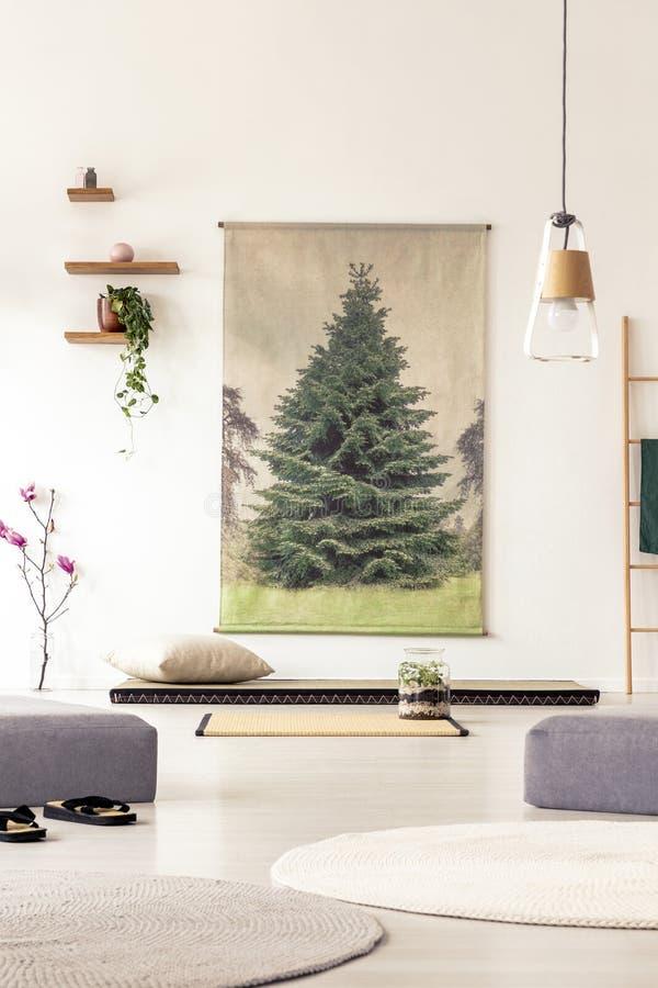 Echte foto van een grote Japanse affiche naast houten planken in a stock fotografie