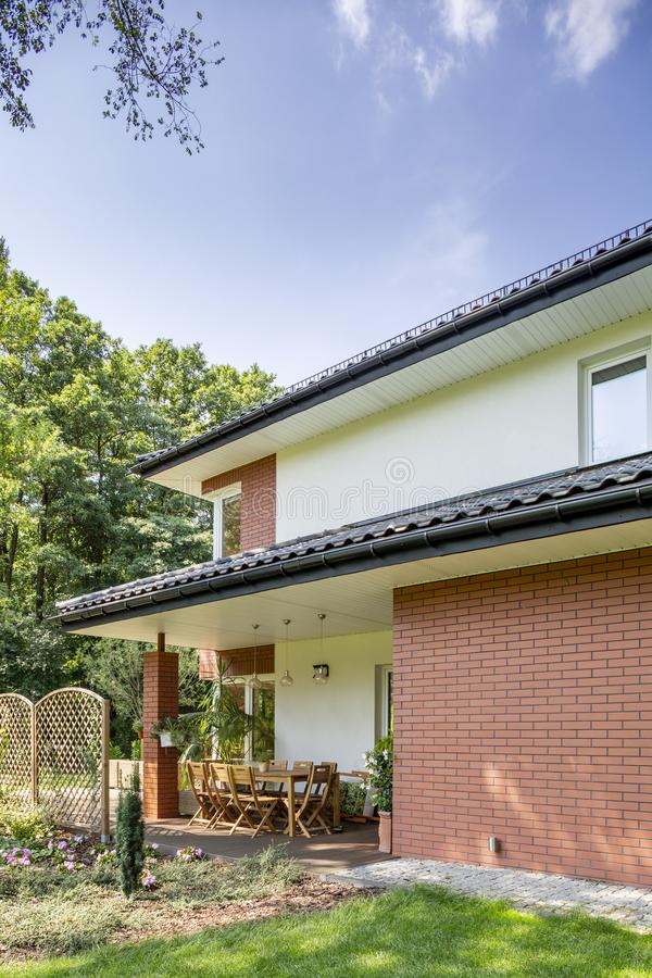 Echte foto van een huis en een terras stock foto